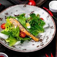 Цезарь с лососем в азиатском стиле Фото