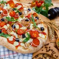 Римская пицца с тунцом, пепперони Фото