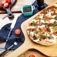 Римская пицца с ветчиной,грибами и песто Фото