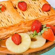 Пирог с ананасом и клубникой (слоеный) Фото