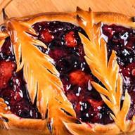 Пирог с яблоком и вишней Фото