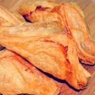 Пирожок с мясом (слоеный) Фото