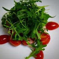 Руккола с редисом и помидорами Фото