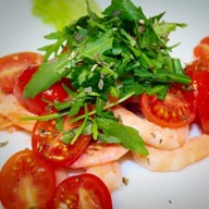 Салат из помидор черри с креветками Фото