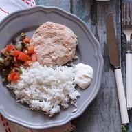 Котлета из горбуши с овощами и рисом Фото