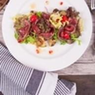 Салат из ростбифа гриль с овощами Фото