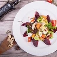 Салат с печеной тыквой, медовой свеклой Фото
