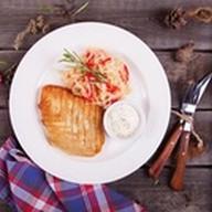Куриный шницель с капустным салатом Фото