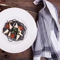 Спагетти неро с белой копченой рыбой Фото
