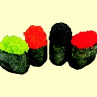 Гункан с черной икрой тобико Фото