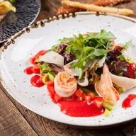Салат с кальмаром, креветками, авокадо Фото