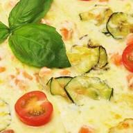 Пицца с копченым лососем и цукини Фото