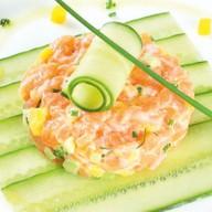 Тар-тар из лосося с манго, авокадо Фото