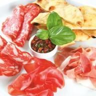 Тарелка итальянских колбас Фото