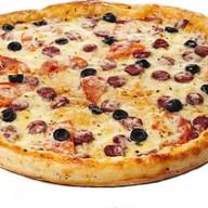 Пицца с колбасками и маслинами Фото