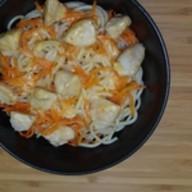 Яичная лапша с курицей и сырным соусом Фото