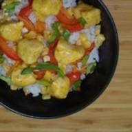 Рис с курицей и соусом карри Фото