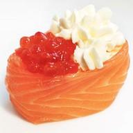 Гункан с лососем и красной икрой Фото