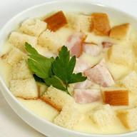 Сырный суп с беконом и гренками Фото