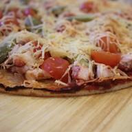 Пицца с копченой курой, томатами Фото