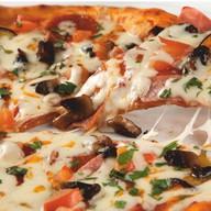 Пикантная пицца с салями Фото