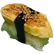 Суши с омлетом и угрем Фото