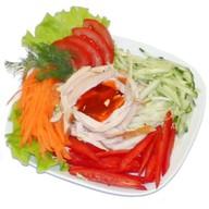 Куриная копченая грудка с овощами и соус Фото