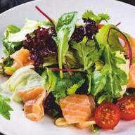 Микс салатов со свежим лососем Фото
