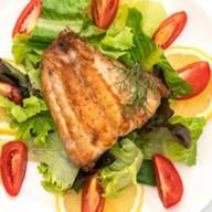 Жареный морской окунь с овощами Фото
