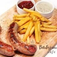 Колбаски домашние на гриле с фри Фото