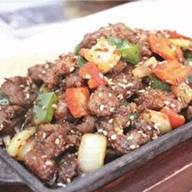Острая говядина с кунжутом на сковороде Фото