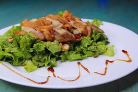 Салат из курицы с орехом кешью и черри - Фото