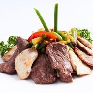 Теплый мясной салат Фото