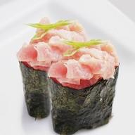 Гункан с копченым лососем Фото