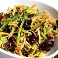 Салат с соевой лепешкой,фунчозой,грибами Фото