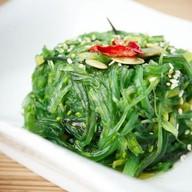 Салат из маринованных водорослей чука Фото