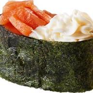 Суши с копченым лососем, сливочным сыром Фото