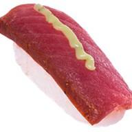 Суши с тунцом и соусом гуакамоле Фото