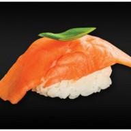 Нигири с копченым лососем Фото