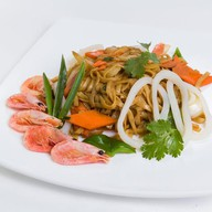 Пшеничная лапша с креветками и кальмарам Фото