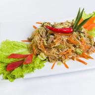 Салат со свининой, овощами и фунчозой Фото