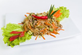 Салат со свининой, овощами и фунчозой - Фото