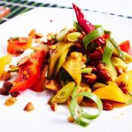 Салат с огурцом, сладким перцем,арахисом Фото
