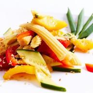 Салат из свежих овощей и мини кукурузы Фото