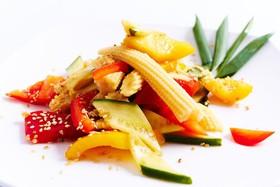 Салат из свежих овощей и мини кукурузы - Фото