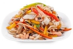 Пшеничная лапша с лососем и овощами - Фото