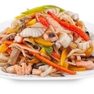 Пшеничная лапша с лососем и овощами Фото