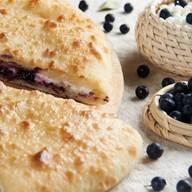 Осетинский пирог с творогом и черникой Фото