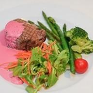 Стейк из говядины с розовым соусом Фото