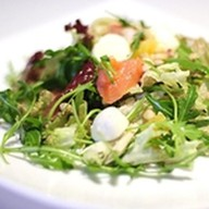 Салат с лососем и Моцареллой Фото